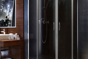 Kabina prysznicowa: model z typograficznym wzorem