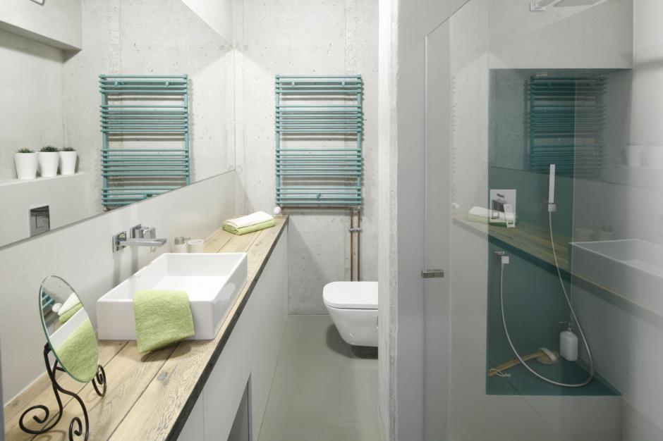 Inspiracje: łazienka w stylu loft ożywiona kolorem