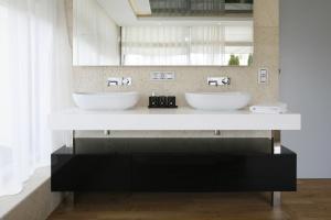 Salon kąpielowy w jasnych kolorach: zobacz gotowy projekt