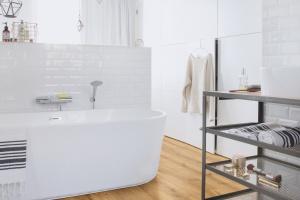 Podłoga w łazience: wybierz wodoodporne panele