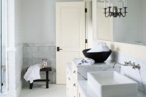 Ściana w łazience: postaw na farbę!