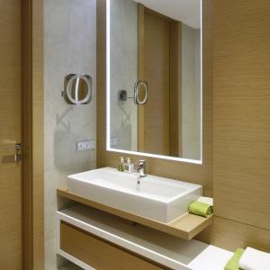 Drewno w łazience: 15 przykładów z polskich domów