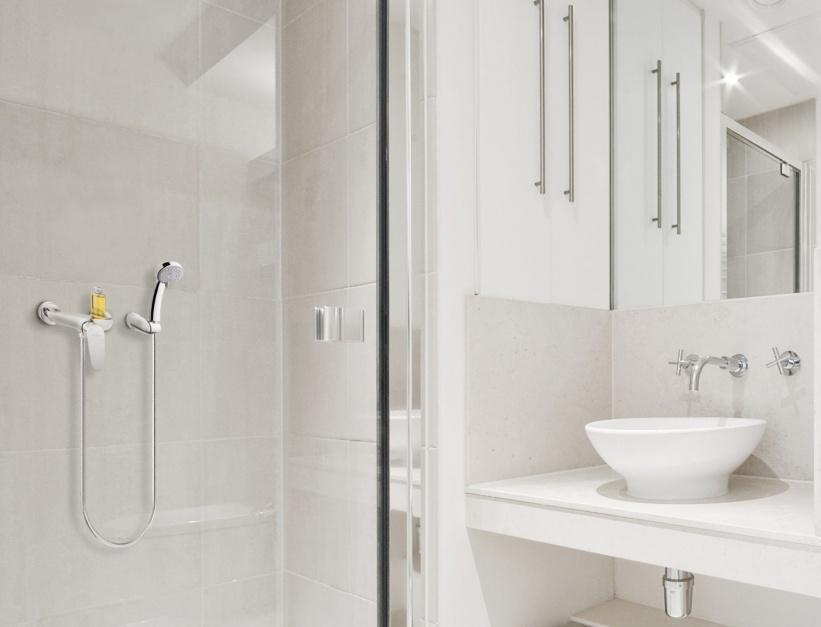 Funkcjonalna strefa prysznica: bateria natryskowa z praktyczną półką