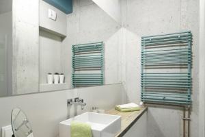Szara łazienka: trzy gotowe projekty w różnych stylach