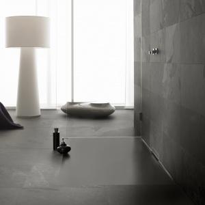 Modna strefa prysznica: brodziki w innym kolorze niż biel