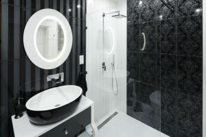 Elegancka łazienka: postaw na klasykę w czerni i bieli