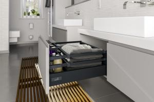 Antracyt w łazience: praktyczne szuflady w modnym kolorze