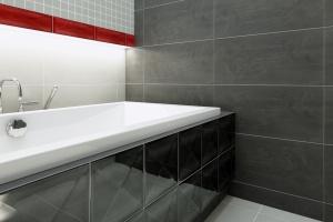Czarno-biała łazienka: płytki ceramiczne w kolorach black & white