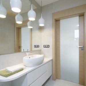 Kolory jasnego drewna: tak wyglądają w trzech różnych łazienkach