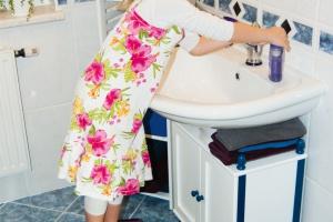 Łazienka bezpieczna dzieciom: postaw na praktyczny podest