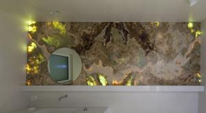 Naturalny kamień na ścianie: tak wygląda w łazience