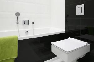 Czarno-biała łazienka: zobacz trzy gotowe projekty