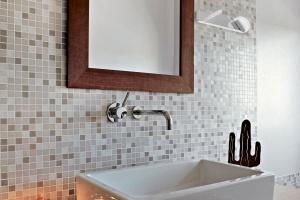 Oświetlenie w łazience: kinkiety do zadań specjalnych