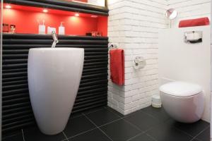 Biała cegła na ścianie: tak wygląda w łazienkach Polaków