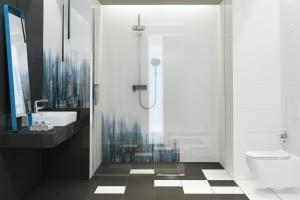 Kolor w łazience: płytki ceramiczne w różnych odcieniach błękitu