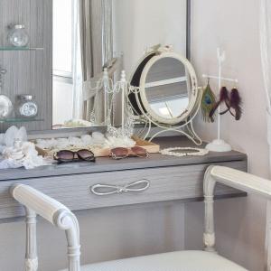 Meble łazienkowe: postaw na klasyczne, zdobne uchwyty