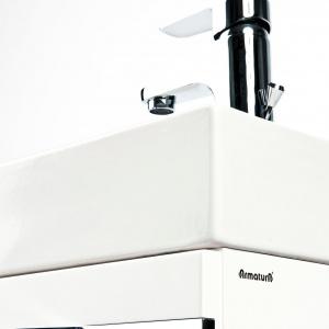 Mała łazienka: praktyczny zestaw szafki z umywalką