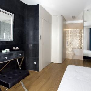 Łazienka dla kobiety: piękne wnętrze przy sypialni