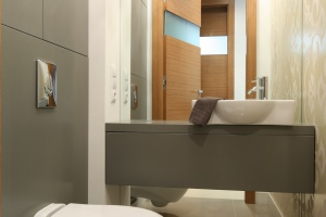 Meble na wymiar: przykłady zabudowy z polskich łazienek