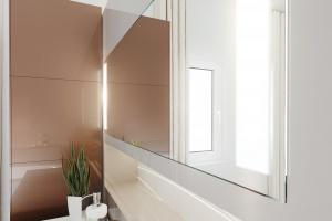 Łazienka na wysoki połysk: wybierz akrylowe fronty