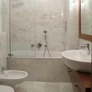 Wanna z parawanem: tak urządzisz małą łazienkę