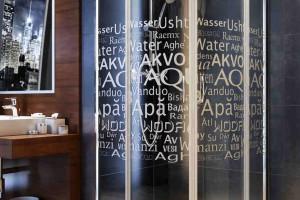 Urządzamy prysznic: kabina z dekorem
