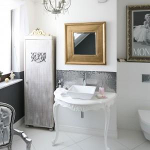 Łazienka w stylu glamour: postaw na srebrne detale
