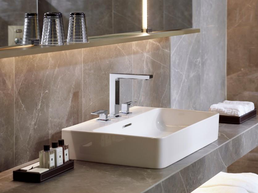 Nowoczesna strefa umywalki: baterie o prostokątnych kształtach