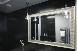 Lustro w łazience: opraw je w dekoracyjną ramę