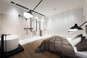 Łazienka z sypialnią: niezwykły projekt w starej warszawskiej kamienicy
