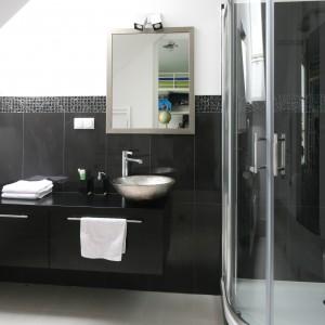 Ciemna łazienka: 10 pomysłów na aranżację