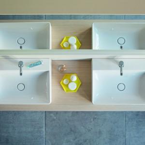 Ceramika sanitarna: przegląd umywalek z różnych materiałów