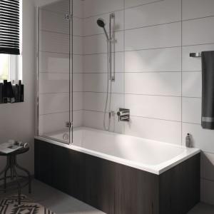 Wanna z parawanem: idealna do małej łazienki