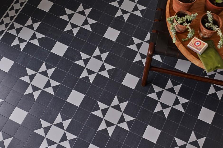 Podłoga black&white: winylowe panele w czerni i bieli