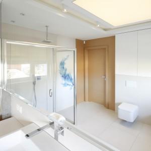Jasna łazienka ożywiona kolorem: gotowy projekt