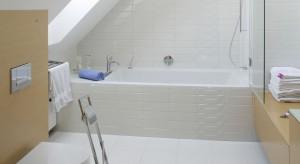 Łazienka na poddaszu: pakiet 10 projektów pod skosami