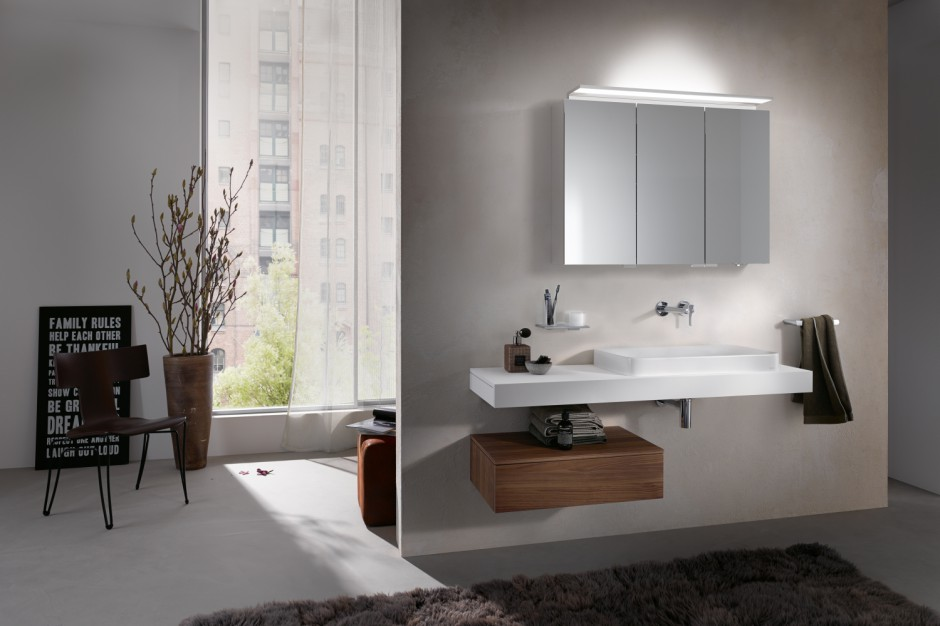 Praktyczna łazienka: lustrzana szafka z regulowanym oświetleniem