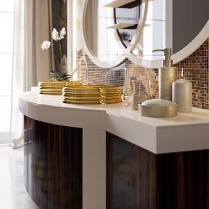 Łazienka w stylu klasycznym: piękne szafki podumywalkowe