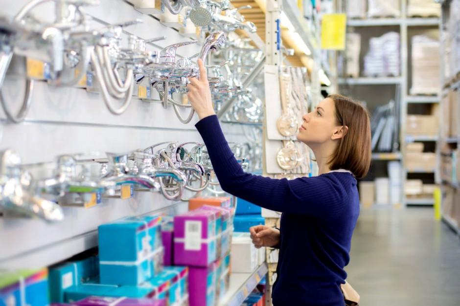 Oświetlenie powierzchni handlowych: na co zwracać uwagę?