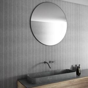 Elegancka łazienka: wykończ ścianę tekstylną tapetą