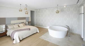 Łazienka z sypialnią: jak łączyć różne rodzaje podłóg?