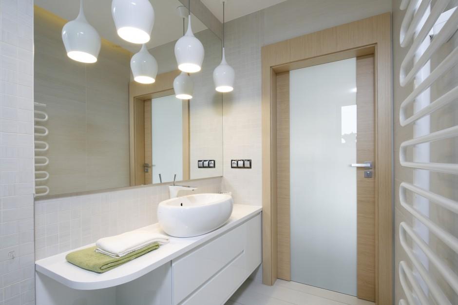 Inspirujemy Biała łazienka Ocieplona Drewnem 10
