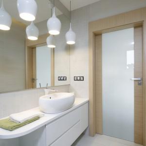 Biała łazienka ocieplona drewnem: 10 inspiracji