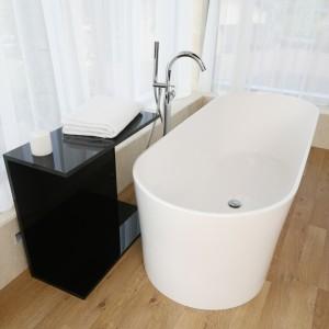 Wannowa bateria wolno stojąca: 5 przykładów z polskich łazienek