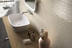 Ściana w strefie umywalki: tak wykończysz ją płytkami