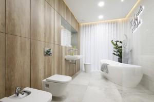 Jasna łazienka ocieplona drewnem: projekt pięknego salonu kąpielowego