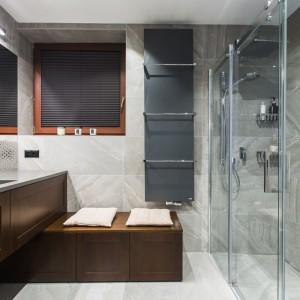 Łazienka w kolorach ziemi: zobacz gotowy projekt