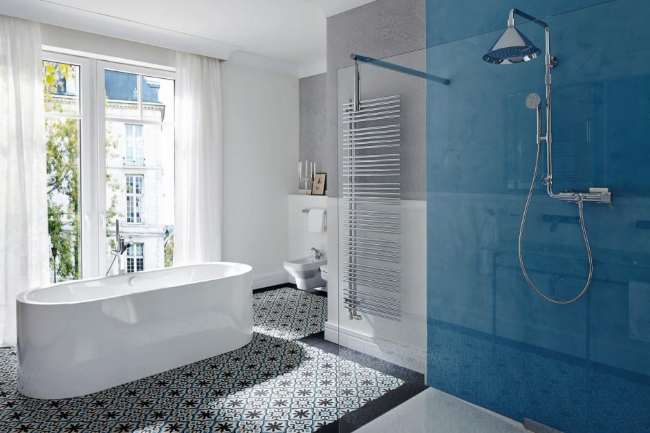Łazienka w kolorach lata: pomysł na błękitną aranżację