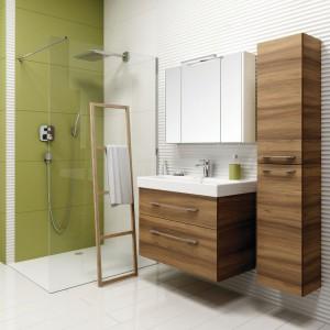 Meble łazienkowe: 5 kolekcji z dekorem drewna