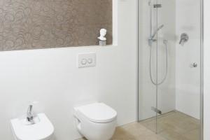 Ściana w łazience: postaw na wzorzyste motywy